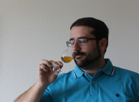 nosing-whisky-aromas-in-glass